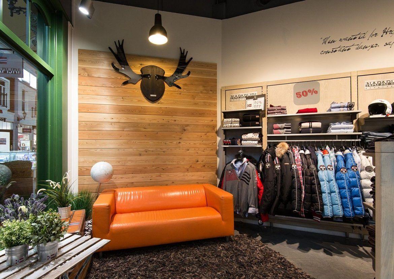 интерьер маленького магазина одежды