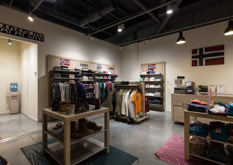 интерьер магазина одежды и обуви
